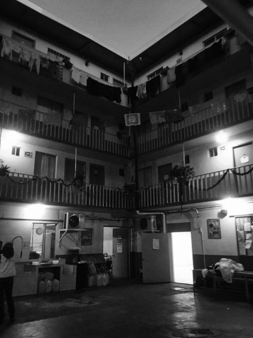 Imagen en blanco y negro de un edificio  Descripción generada automáticamente