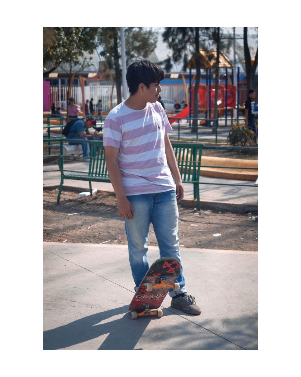 Un niño con una patineta  Descripción generada automáticamente